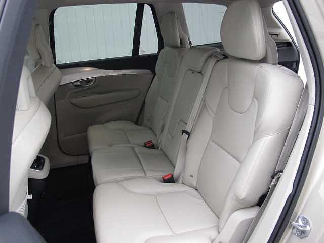 2列目シートは前後の調節、リクライニングが可能、中央はインテグレートチャイルドクッションを標準装備、6〜10歳頃までのお子様はチャイルドシート無しでも正しい位置でのシートベルト着用が可能となります。