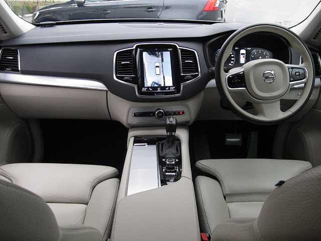 ボタンの数は最小限に操作性を優先し運転中でも直感的な操作が可能な設計となっております。