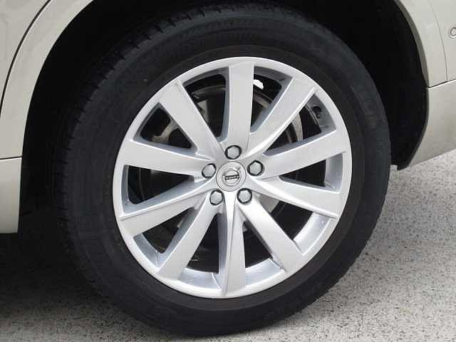 18インチのオリジナルアルミホイール、タイヤはミシュランを装着しています。