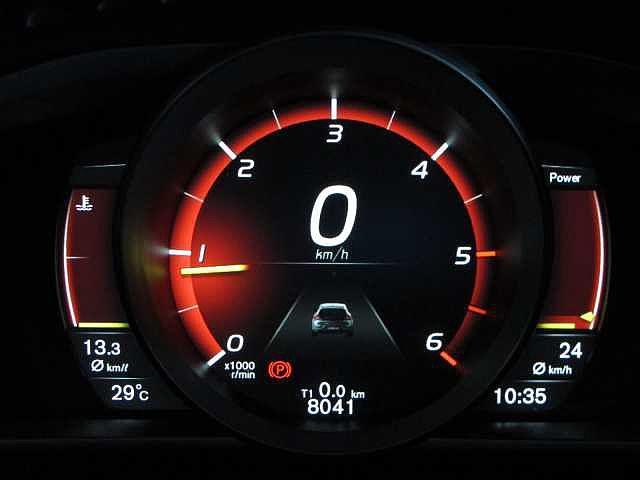 液晶画面のメーターパネルは昼夜問わず視認性に優れ、ドライバーに必要な全ての情報を表示します。