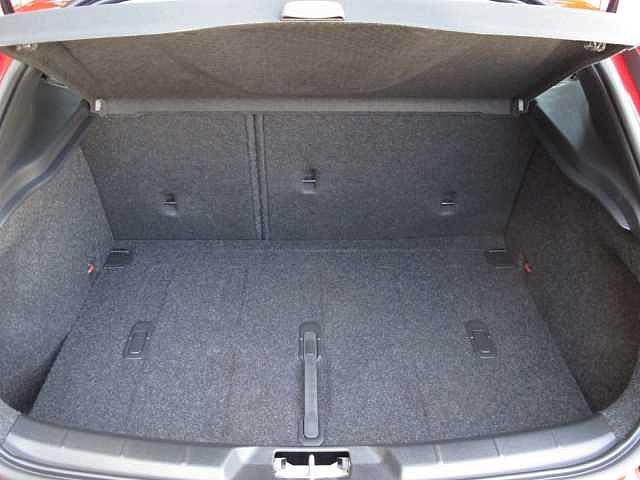 7:3の分割でシートを倒してゴルフバッグや長尺物も収納可能です。