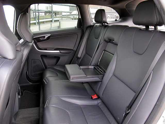 後部座席も人間工学に基づき設計がされています。安全性を最優先にすわり心地にも配慮をしたシート設計となっています。