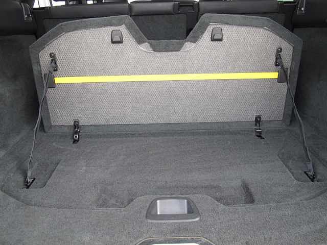 ラゲッジルームのグロッサリーホルダーは箱物のスライド防止や買い物袋を固定する際に役立ちます。