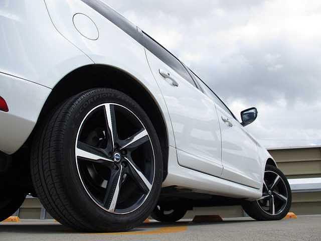 Rデザイン専用のホイールは疾走感のあるシンプルでクールなデザインです。