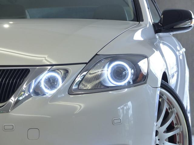 人気純正色ホワイトパールクリスタルシャイン! LEDスモールライトリング、フロントリップスポイラー&カールソン20インチアルミホイールが装備された豪華エクステリア!