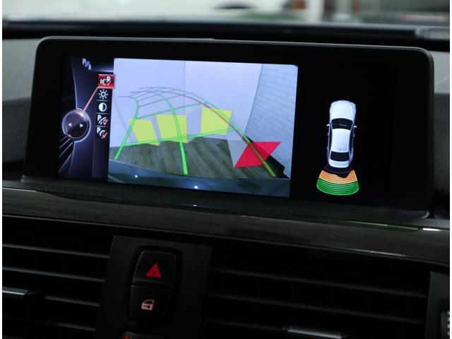 リアビューカメラは、バンパーに設置された超音波センサーによって障害物を感知する「PDC(パークディスタンス・コントロール)」と相まって、後退時の操作を格段に向上しています。