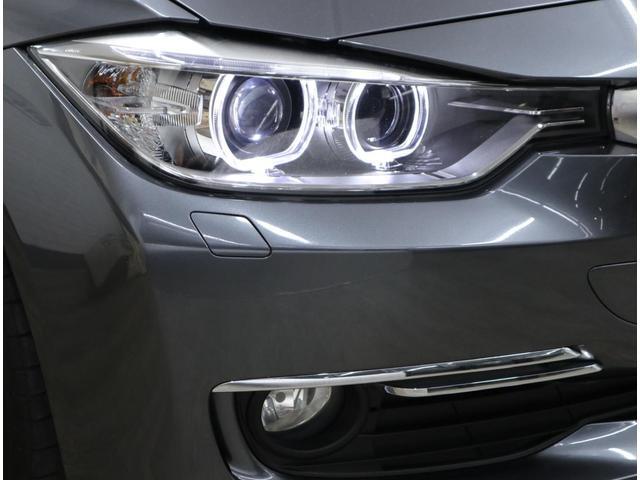 BMW伝統の丸目4灯バイキセノン・ヘッドライトは、ワイドになったグリルとつながる新意匠。ヘッドライトレンズもクリアで美しい状態を維持しています。