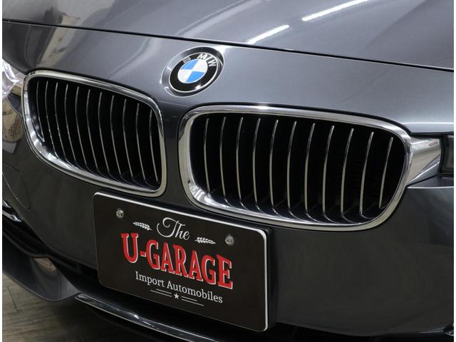 BMW伝統の丸目4灯バイキセノン・ヘッドライトは、ワイドになったグリルとつながる新意匠。