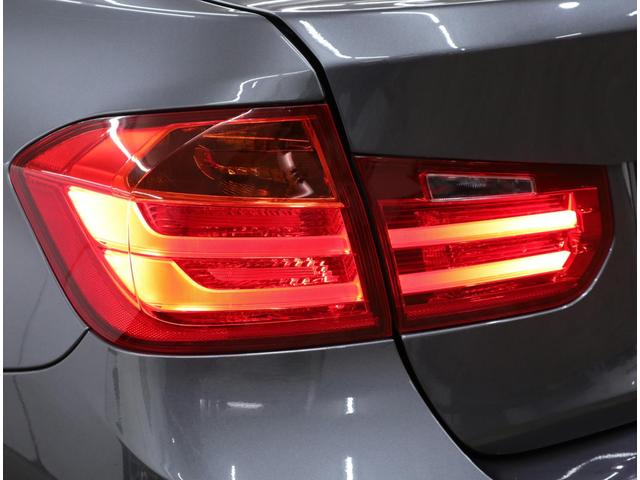 LEDライトバーが配置された幅広のL字型リアコンビネーションライトが、ワイドなスタンスと見た目の安定感を強調。