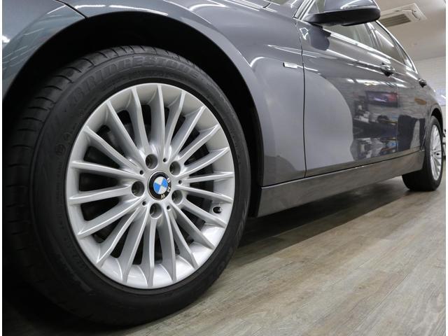 「ラグジュアリー」に標準装備される、17インチアルミ「マルチスポーク414」には、225/50のワイドタイヤを装着。トルクフルなパワーを地面へしっかりと伝えます。
