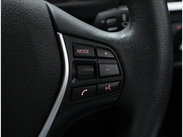 マルチファンクションスイッチ付きの革巻きステアリング。オーディオやハンズフリー機能などをステアリングから手を離さずに操作可能です。