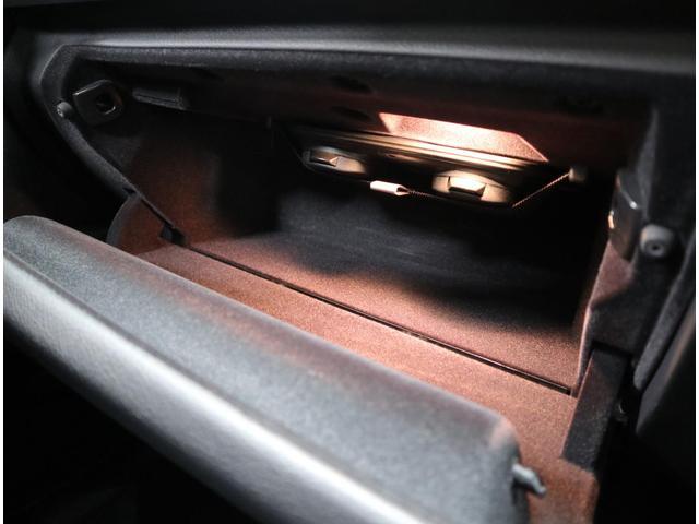 充分な容量を確保した助手席前のグローブボックス。