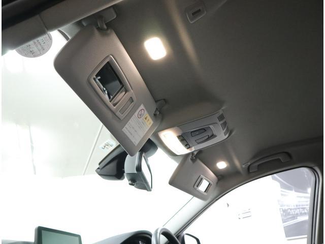 運転席、助手席ともに照明付きバニティーミラーを内蔵したサンバイザー。女性に喜ばれる装備のひとつです。
