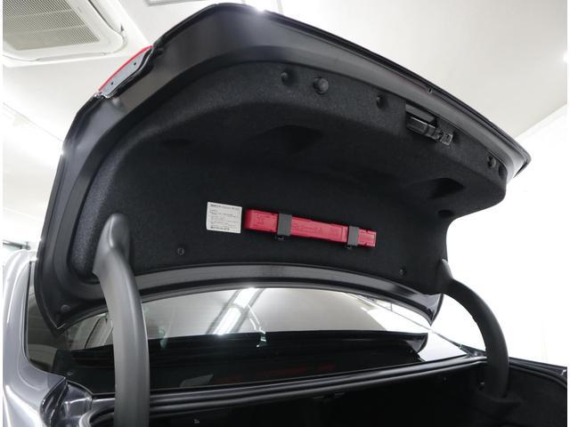 トランクリッド裏に三角表示板が装備されています。