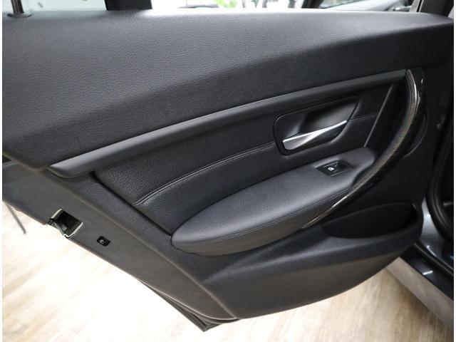 シートと同じレザー素材とトリムで仕上げられた、上級な質感のドア。