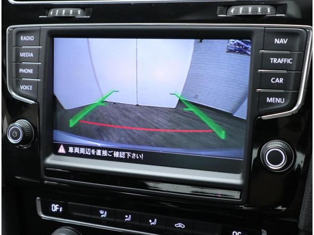 リアハッチのVWエンブレムに内蔵されている純正リアビューカメラは、夜間でも明るい映像を表示し、車庫入れ等をサポートします。