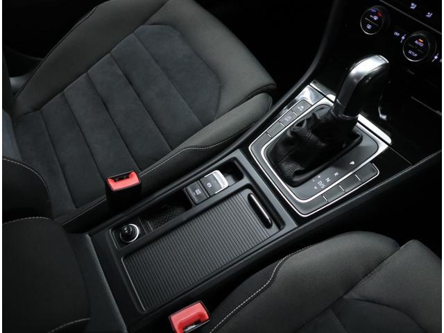ホールドモード付き電子パーキングブレーキやアイドリングストップ機能も搭載。変速ショックを感じられない7速DSGを組み合わせ、低燃費を実現。