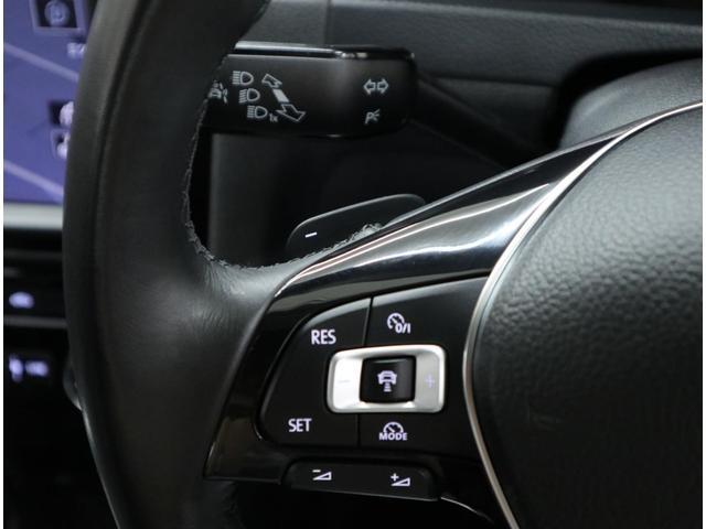 パドルシフト付きの本革巻き3本スポークステアリングに、マルチファンクションスイッチを装備。前走車を自動追従し、ステアリング操作だけに集中できる「アダプティブクルーズコントロール」付きです。