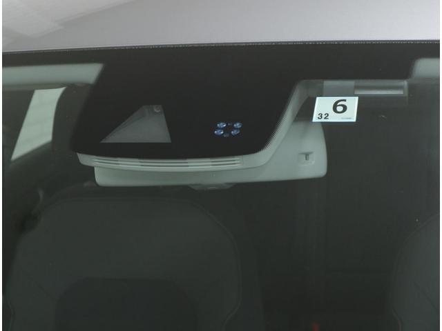全速度域においてレーダーで前方の車両との距離を探知。衝突の危険を感知すると警告を発し、ドライバーが回避操作を行わない場合等には、システムが介入し自動で車両を減速させて衝突の被害を軽減します。