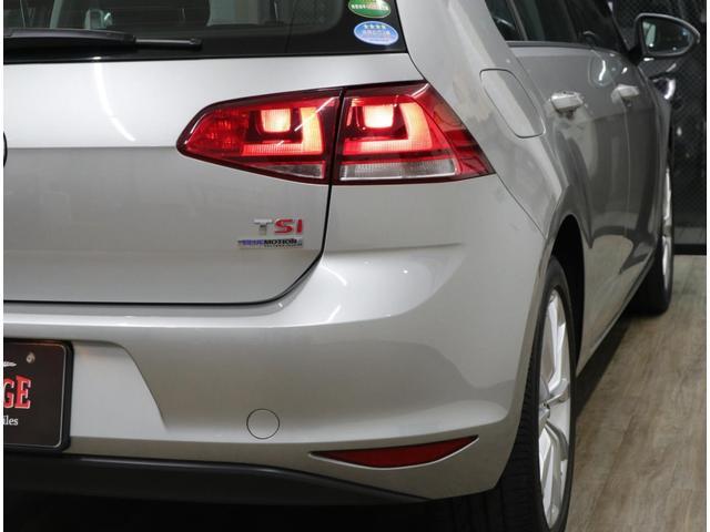 エッジを効かせたキャラクターラインがボディサイドを横切ってスリムに見せる。車名は長い「TSIハイライン ブルーモーションテクノロジー」。