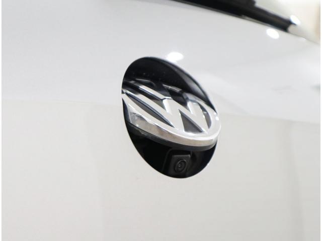バックギアに連動して顔を出す、VW純正リアビューカメラ。