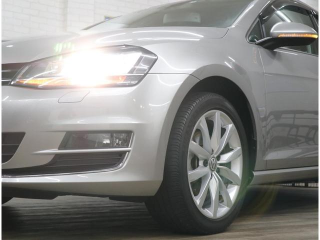 ウインカーやステアリングに連動して内側ランプを点灯し、進行方向を照射するコーナリング機能を標準装備しています。