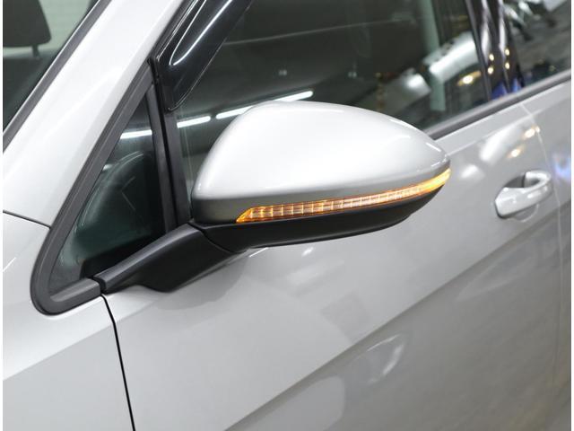 後方からの視認性にも優れるLED式ウィンカーを内蔵したドアミラー。乗員の乗り降りをサポートするフットランプをドアミラー下部に内蔵。