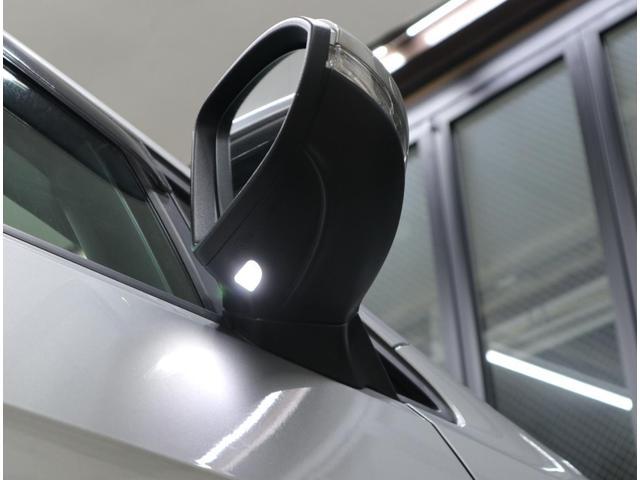 暗い足元をLEDライトで照らし出す、ウェルカムランプをドアミラーに内蔵しています。