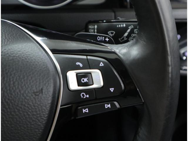 パドルシフト付きの本革巻き3本スポークステアリングに、マルチファンクションスイッチを装備。