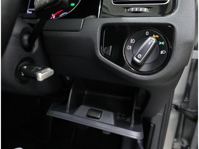 フロントガラスに設置された照度センサーによって、自動点灯するオートライト機能付き。