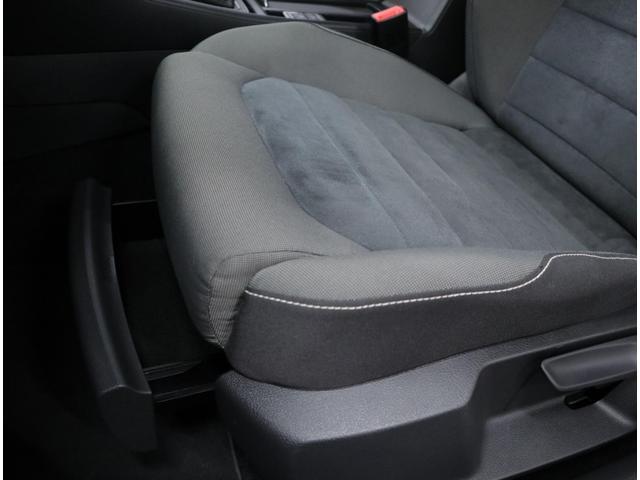 助手席シート下にも収納を用意しています。