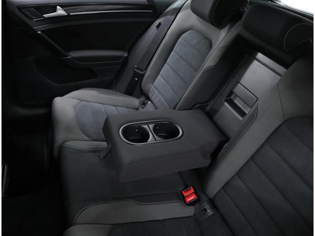後部座席用のドリンクホルダー内蔵アームレスト。