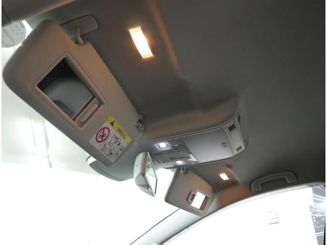 運転席と助手席の両方に、照明付きバニティーミラーを装備。