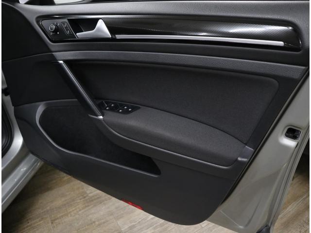 ブラックカーボン調トリムと、シートと同じファブリック素材で仕上げられた、高級感漂うインテリアです。