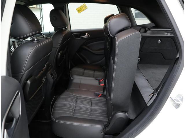 余裕のレッグスペースを持つリアシートには折り畳み式テーブルも設置。スライド&バックレスト折り畳み角度調整付きの「EASY-VARIO PLUS」搭載車です。