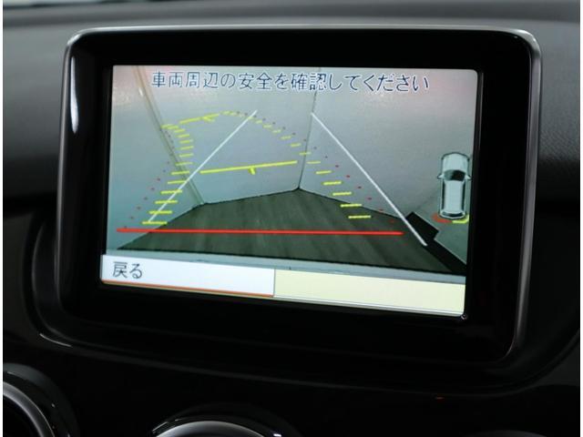 リバースギアに連動し、車両後方の映像を鮮明に表示。ステアリング切れ角に連動するアシストラインと、パークトロニックセンサーによる表示が運転操作をサポートします。