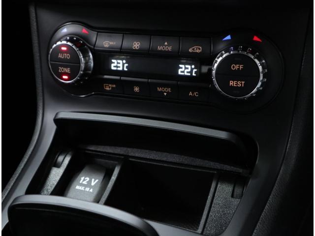コンフォートパッケージに含まれる、左右独立温度調整が可能なフルオートエアコンは、後席用の送風口も追加。ECOスタートストップ機能も標準装備し、燃費向上を大幅に高めています。