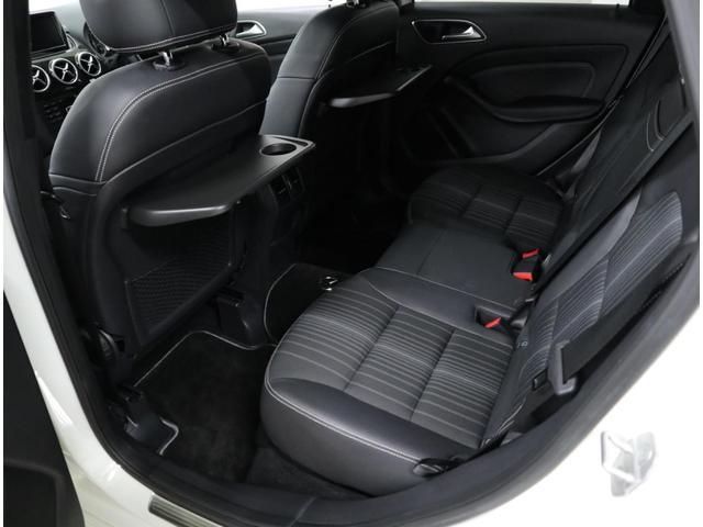 コンフォートパッケージ装着車には、折り畳み式シートバックテーブルが装備されています。