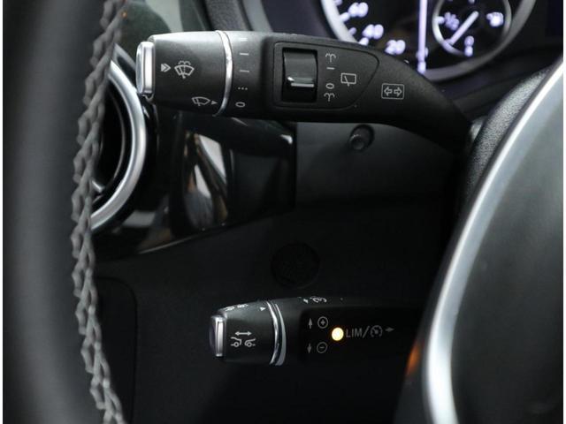 グリルに内蔵したレーダーセンサーにより先行車を認識して、速度に応じて車間距離を適切にキープする「ディストロニックプラス」。先行車が停止した場合は自車が停止するまで減速します。