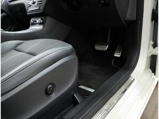前席シートにはランバーサポートも内蔵。メルセデスベンツロゴを配した、ステンレスシルプレートが迎えてくれます。