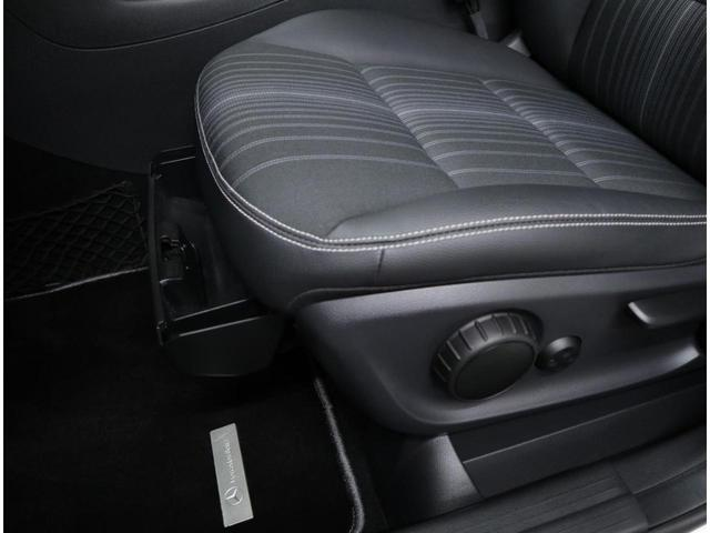 前席シート下にも小物入れを設置。
