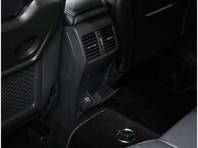 コンフォートパッケージ搭載車には左右独立調整式のフルオートエアコンを搭載し、後席用エアアウトレットも追加装備。当然ながら、後席灰皿も未使用。
