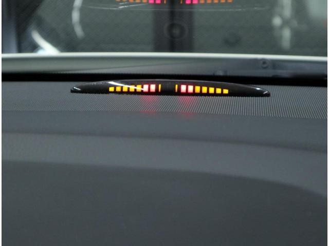 前後バンパー付近の障害物を感知して接近状況をインジケーターやアラーム音で知らせ、リアビューカメラと共に狭い場所での運転操作をサポートするパークトロニックも搭載。