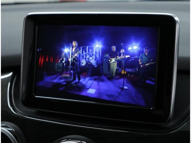 CDとDVDビデオ再生、アームレスト内のUSBインターフェイスやBluetoothオーディオにも対応しています。