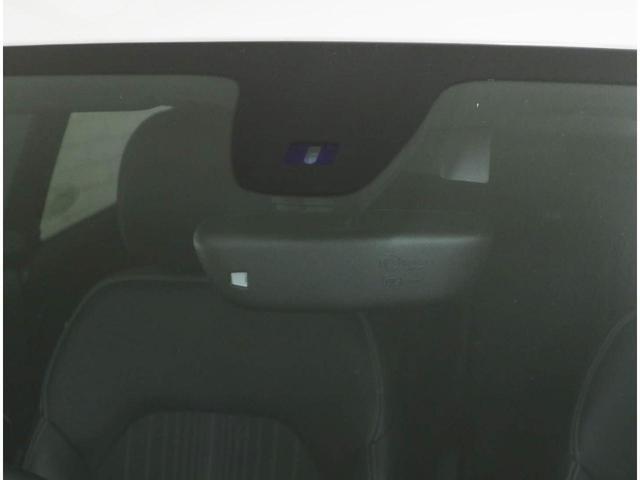 オートライト用の照度センサーと、オートワイパー用の雨滴センサーをフロントガラスに内蔵しています。