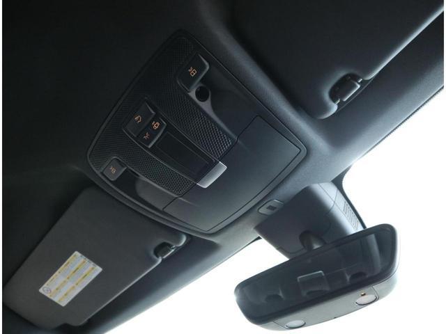 前席マップランプ、後席ルームランプ操作も可能なフロントルームランプユニット。サングラスポケットもあります。