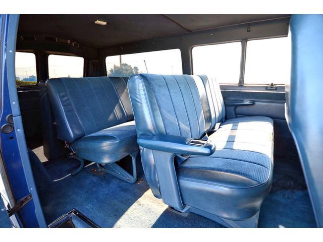 シートのヘタリが少なく、内張もキレイですね! ベンチシートは2脚とも脱着式です。