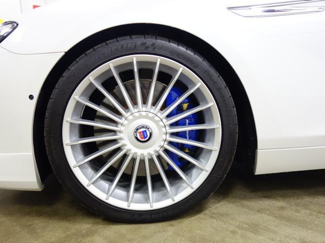 ALPINA専用のアルミホイールに乗り心地を重視したノーマルタイヤの組み合わせは、乗る人にくつろぎを与えます。