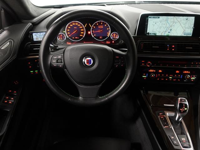 ALPINA専用のステアリングホイールは運転者のステアリングを握る最適な強さを計算した太さで設計されています。