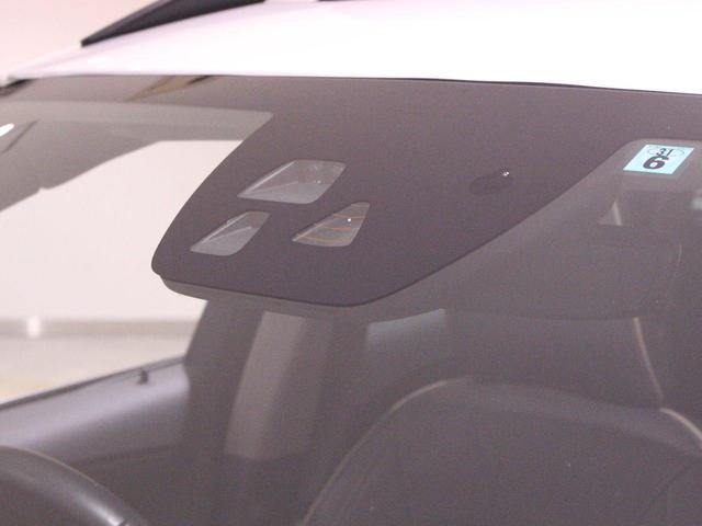 フロントガラス内のカメラやフロントグリル内のレーダーセンサーを利用した「オートブレーキ」、「車間警告装置」など、最先端装備が多数!
